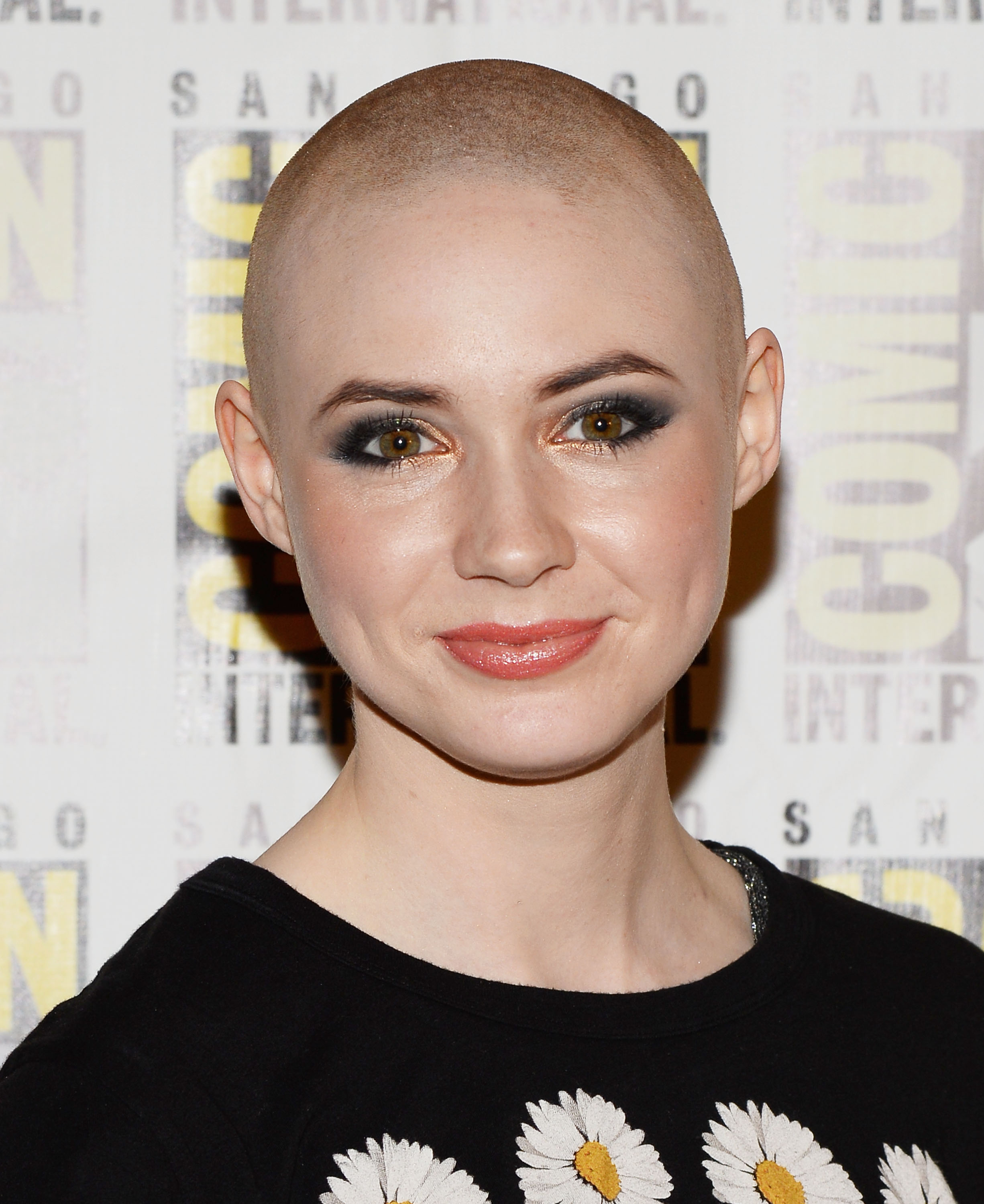 Karen Gillan takes off her wig (Credit: Getty)